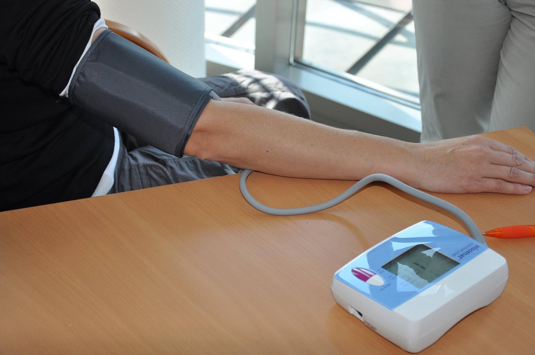 Es ist wichtig, seinen Blutdruck regelmäßig zu kontrollieren. Foto: SVLFG