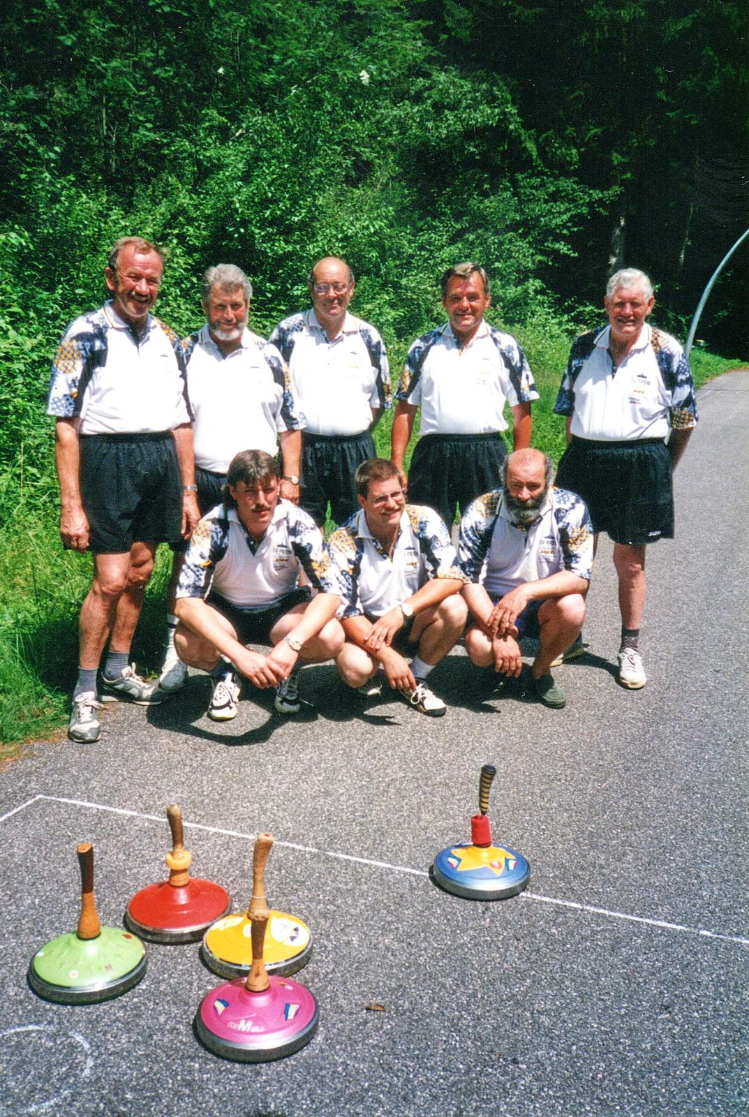 Stehend von links: Hartl Büchl, Manfred Ott, Adi Müller, Leo Steiner, Hans Lang<br/>Knieend von links: Richard Seelos, Martin Schenk, Xaver Müller