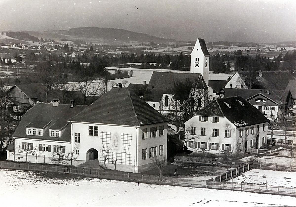 Prem am Lech - Blick auf das Gemeindegebäude, den Pfarrhof und die Kirche St. Michael